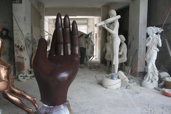 商业街雕塑   手掌玻璃钢雕塑