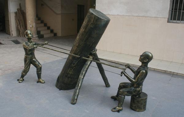 人物雕塑   玻璃钢扯锯小孩雕塑