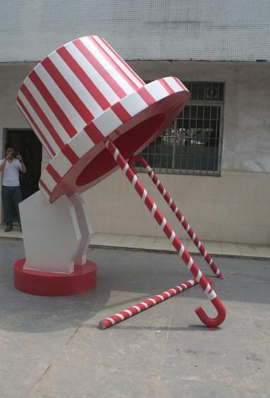 商场雕塑       彩绘帽子玻璃钢雕塑