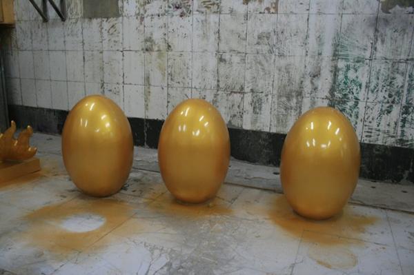 商业街雕塑   金色蛋玻璃钢雕塑