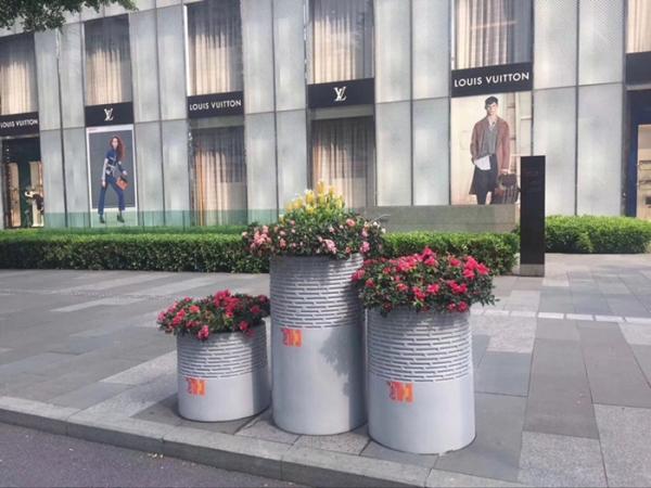 浅灰色街道玻璃钢组合花盆