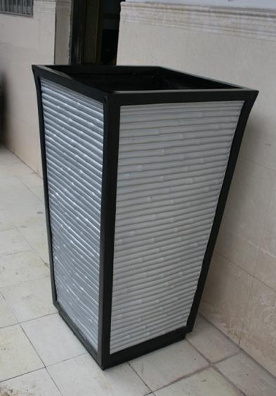 浅白色条纹状玻璃钢花盆